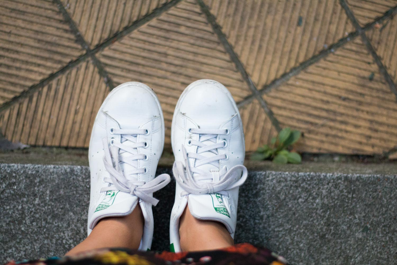 blumenkleid-midikleid-fashionblogger-lederjacke-adidas-stan-smith-styleblogger-giveherglitter-1