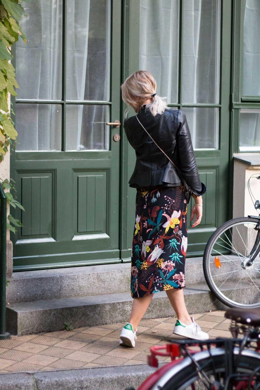 blumenkleid-midikleid-fashionblogger-lederjacke-adidas-stan-smith-styleblogger-giveherglitter-4