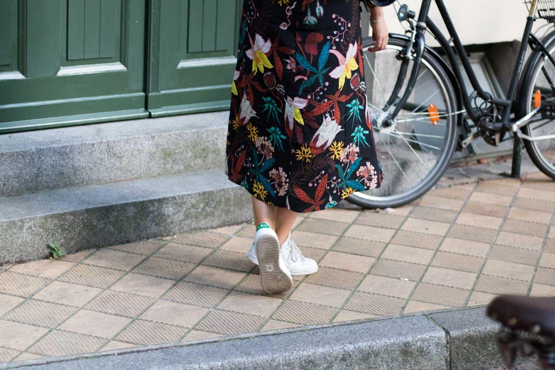 blumenkleid-midikleid-fashionblogger-lederjacke-adidas-stan-smith-styleblogger-giveherglitter-5