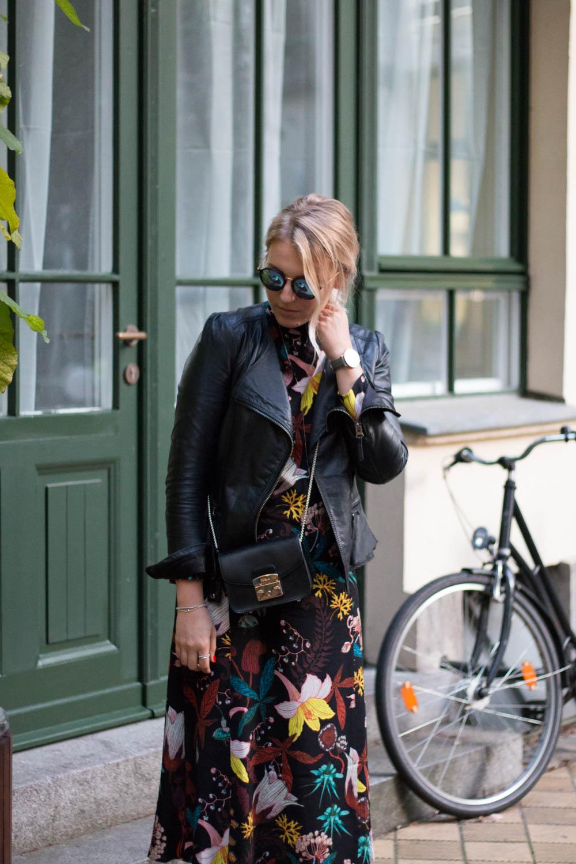 blumenkleid-midikleid-fashionblogger-lederjacke-adidas-stan-smith-styleblogger-giveherglitter-7