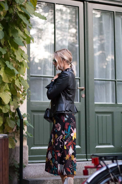 blumenkleid-midikleid-fashionblogger-lederjacke-adidas-stan-smith-styleblogger-giveherglitter-8