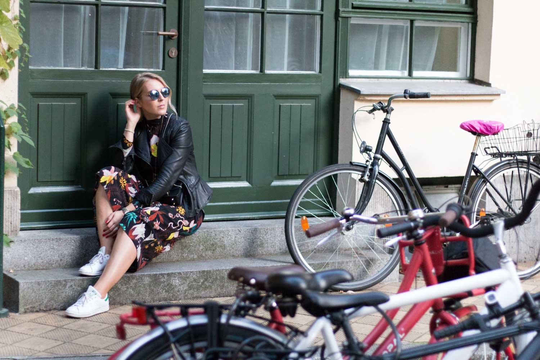 blumenkleid-midikleid-fashionblogger-lederjacke-adidas-stan-smith-styleblogger-giveherglitter-9